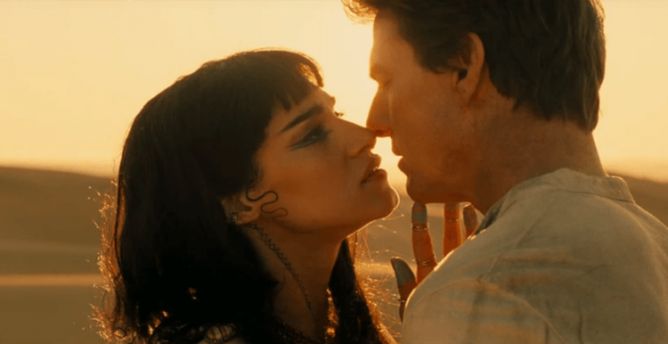 Ahmanet (Sofia Boutella) and Nick (Tom Cruise) nearly kissing in a desert. This is a still from the film The Mummy